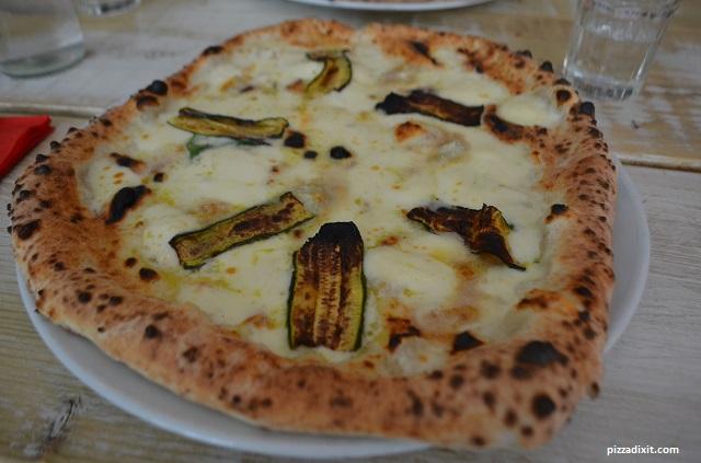 Pizzeria La Gatta, pizza con gorgonzola e zucchine