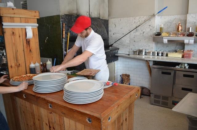 Sacro Cuore Kensal Rise, pizzaiolo e forno a legna