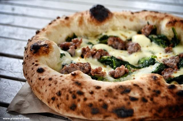 Napoli On The Road pizza salsiccia e friarielli