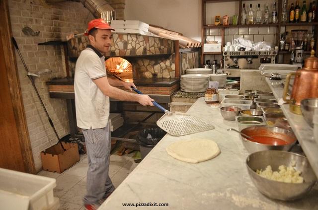 Azzurri Pizzeria Streatham Hill pizzaiolo e forno a legna