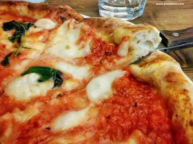 Bianco43 Trafalgar Square, cornicione della pizza Margherita
