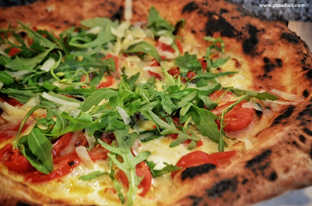 Fresco Mercato Metropolitano pizza con rucola e pomodorini