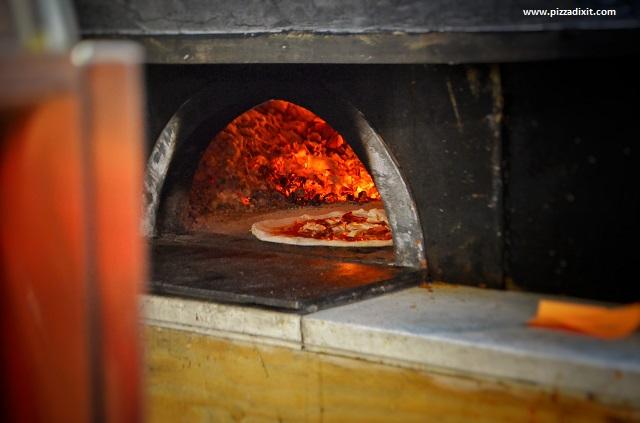 Fresco Mercato Metropolitano pizza nel forno a legna
