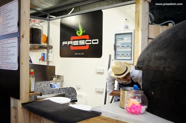 Fresco Mercato Metropolitano pizzaiolo inforna