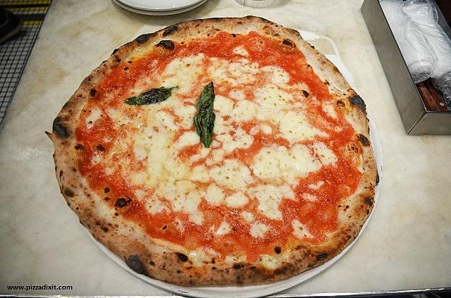 Antica Pizzeria Da Michele Tokyo Margherita rota e carretta