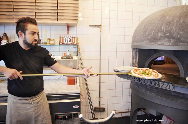 Pizza cotta nel forno a gas alla pizzeria Nennillo di Colonia