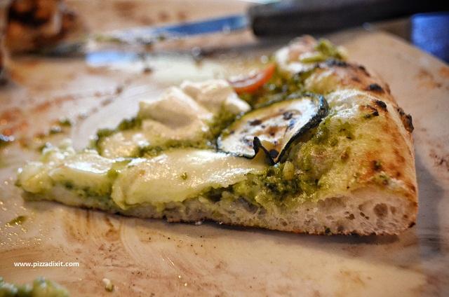 Pizzeria di Camden Londra pizza con pesto